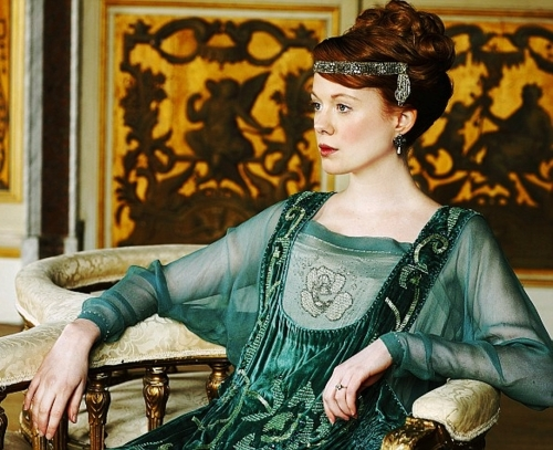 Lavinia's beautiful Art Nouveau headband coupled with her elaborate hairstyle alerts the Granthams that she may not be titled but she is certainly not underprivileged.